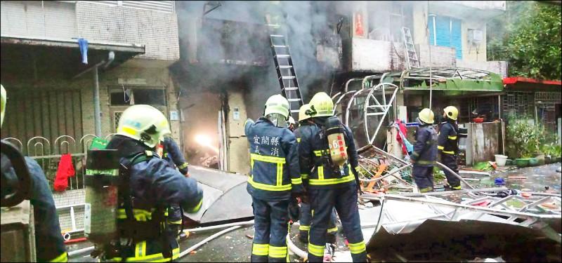 蘇澳民宅氣爆,馬路上散落被震出的家具,可見威力之大。(記者林敬倫翻攝)
