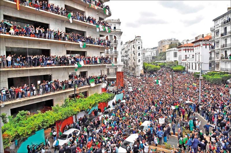 阿爾及利亞年邁總統包特夫里卡有意尋求第五任期,引發首都阿爾及爾百萬民眾八日走上街頭表達反對。(法新社)