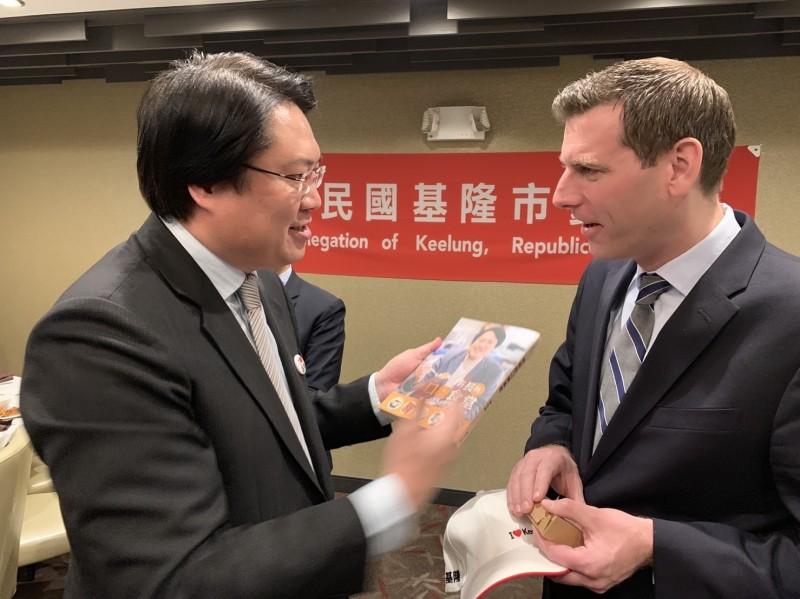 基隆市長林右昌帶領的訪美團,美國時間9日抵達紐約,林右昌與美國友人分享他的新書「市長的口袋食堂」,推薦基隆市美食。(圖為基隆市政府提供)