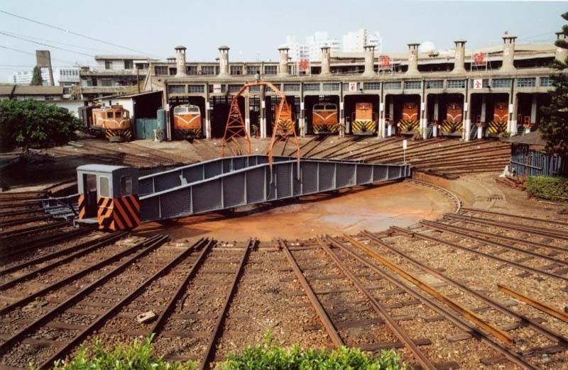 扇形車庫在1922年興建,用來停放火車頭,讓火車頭經過長距離奔馳後可以進入車庫休息或整備、保養。(圖擷取自台鐵官網)