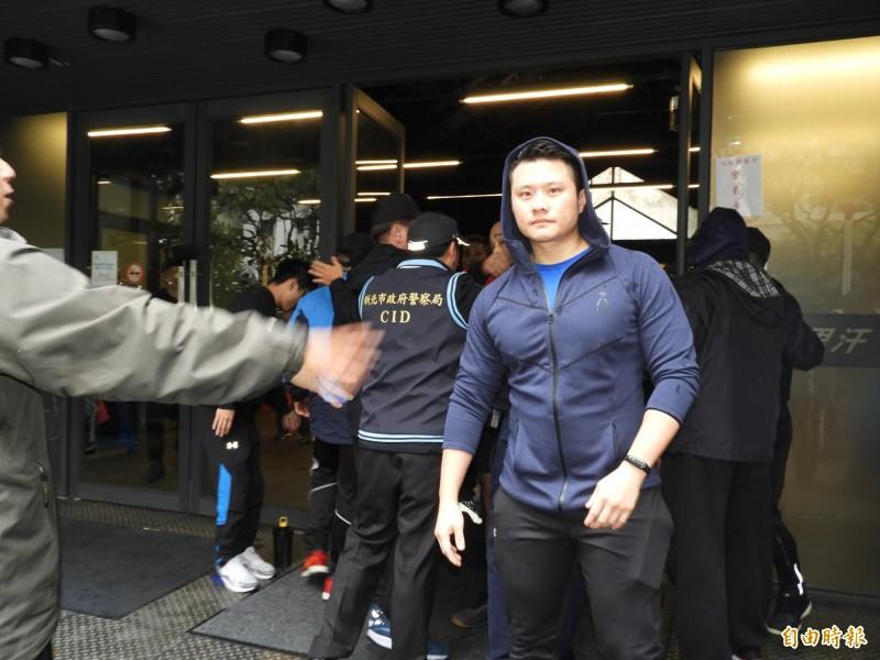 成吉思汗健身俱樂部的店員一度因李承龍嗆聲按耐不住,雙方隔空口角,所幸警方全力攔阻,衝突未擴大。(記者賴筱桐攝)