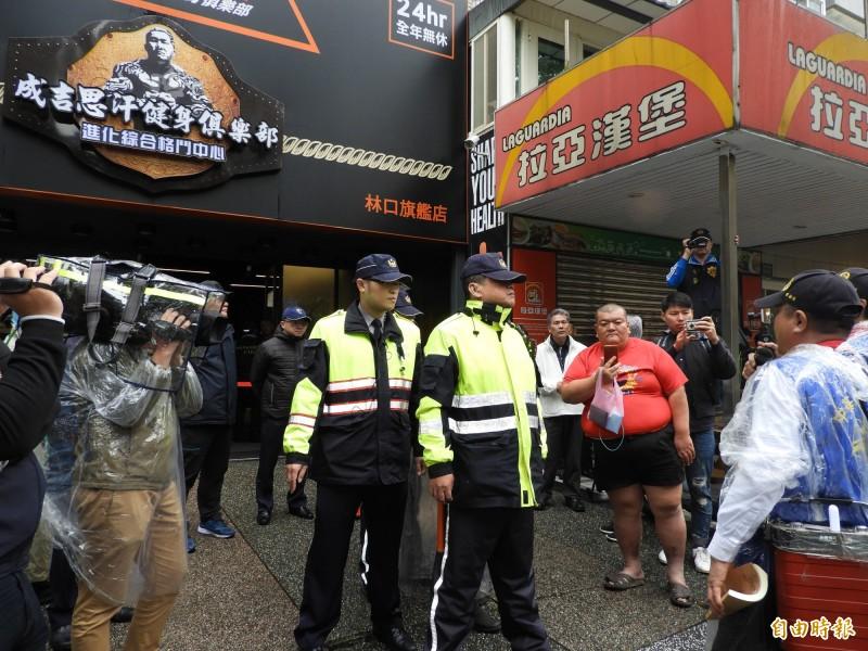 中華統一促進黨3名成員(畫面右側)今天到館長陳之漢的健身房外嗆聲,外號髮蠟哥(著紅上衣者)的網紅也來湊熱鬧。(記者賴筱桐攝)