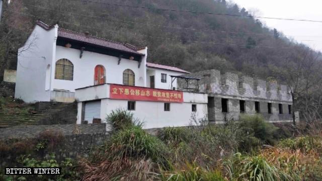 安徽省池州市梅街鎮觀音殿被刷白。(取自《寒冬》雜誌網站)