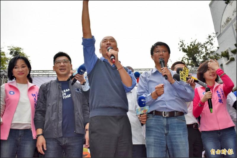 高雄市長韓國瑜(左三)昨為國民黨候選人謝龍介(右二)站台助選。 (記者楊金城攝)