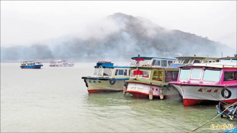 石門水庫遊艇業者、漁民出動廿多艘遊艇和舢舨在水庫迎請媽祖、阿姆坪土地公等神尊搭船遊湖遶境。(記者許倬勛攝)