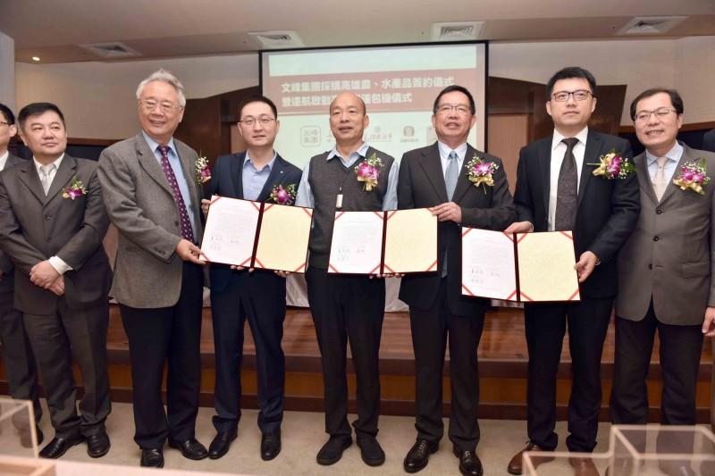 江蘇文峰集團在高雄市長韓國瑜的見證下,與高雄市農漁會簽下5億的採購契約。(記者蔡清華攝)