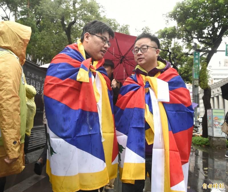 民進黨秘書長羅文嘉(右)、時代力量主席邱顯智(左)出席聲援。(記者方賓照攝)