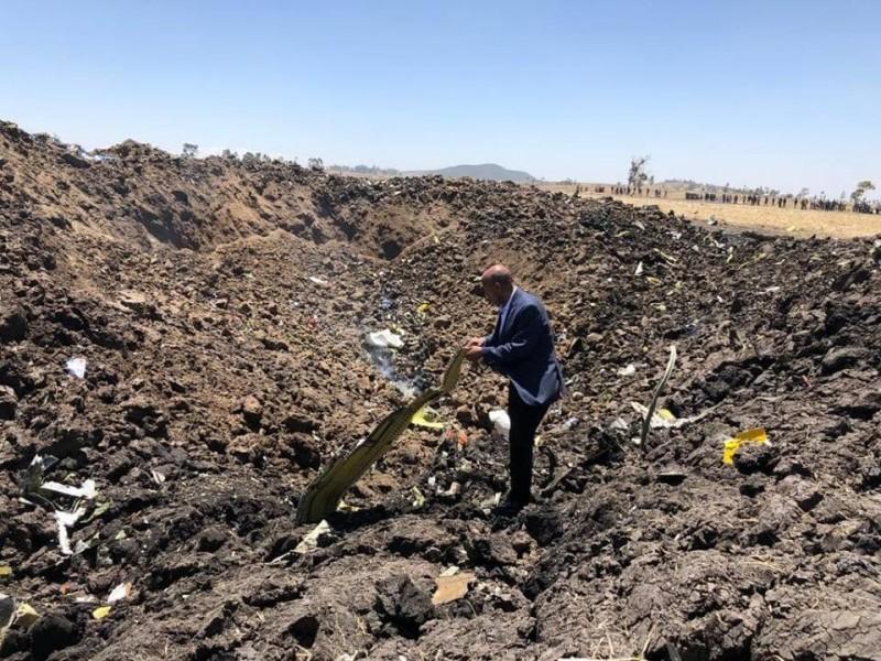 衣索比亞航空一架客機今(10)日失事,機上157人無人生還。圖為空難現場。(圖取自衣索比亞廣播公司臉書)
