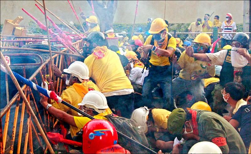 泰國刑事法庭本月初裁定,「黃衫軍」2008年10月7日包圍國會,企圖阻擋時任總理頌猜進入議場發表政策說明時,因曼谷警方率先對反政府的示威群眾發射催淚瓦斯,進而引爆激烈警民衝突。(路透檔案照)