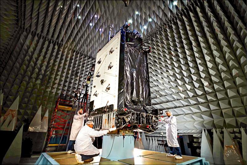 美國洛克希德馬丁公司展示研製的第一枚「全球定位系統III」(GPS III)衛星。這種新一代GPS衛星,比舊型的訊號更強、更不容易受到干擾。(美聯社檔案照)