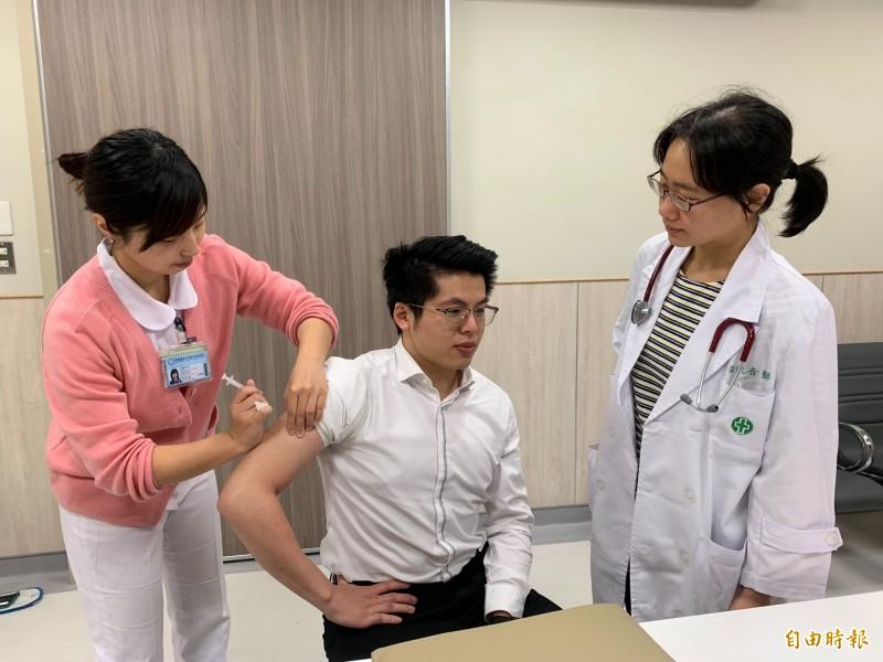 中醫大新竹附醫感染科主任張凱音表示,麻疹與德國麻疹的主要症狀都是發燒與出疹;但兩者是不同的疾病,傳染途徑也不同。若要預防兩者,事先施打疫苗仍是最強而有力的保護罩。 (記者廖雪茹攝)