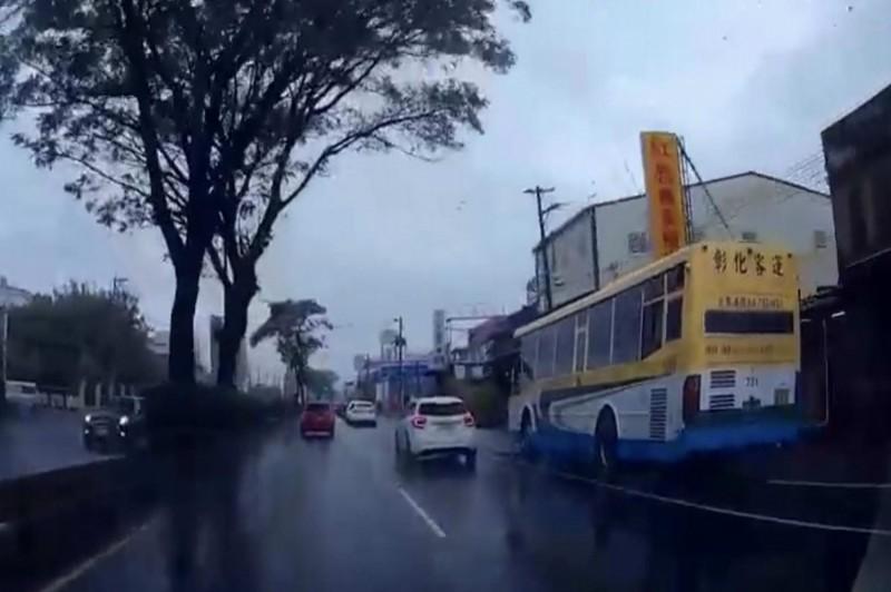 客運狂飆超車變換車道,網轟:「公車當賽車開!」(翻攝臉書彰化人大小事)