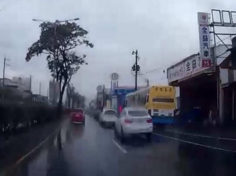 客運狂飆超車變換車道到機車道上,網轟:「公車當賽車開!」(翻攝臉書彰化人大小事)