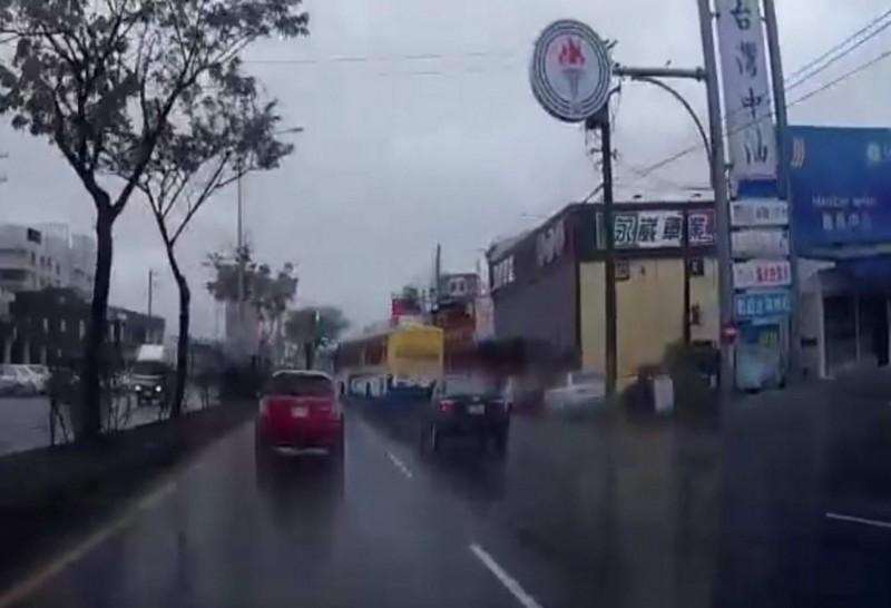 客運狂飆超車變換車道再從機車道突然轉回汽車道,網轟:「公車當賽車開!」(翻攝臉書彰化人大小事)