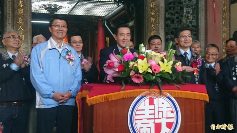 國民黨候選人謝龍介(左二)今請來前總統馬英九(左三)助選,首站上午10點先到學甲慈濟宮見證保生大帝分靈中國。(記者楊金城攝)