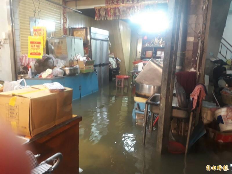 阿享高美肉鬆連823淹大水都開店。(記者林宜樟攝)