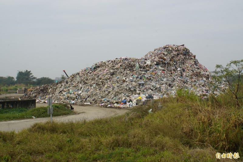 斗六囤積未處理的垃圾上萬噸,就像座小山。(記者詹士弘攝)