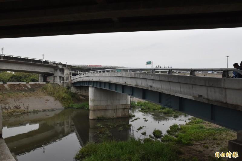 雲林三結橋以鋼便橋方式重建,橋面提高不影響水流。(記者黃淑莉攝)