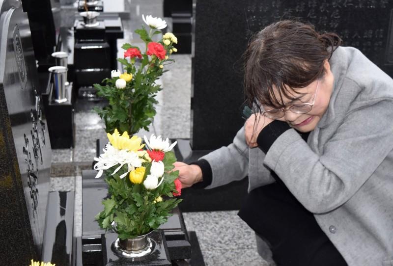 東日本大地震距今8年,仍有3100人住在組合屋,約5.2萬人仍過著避難生活,此外重災區域人口大幅減少,以及獨居老人死亡也成為難解問題。(法新社資料照)