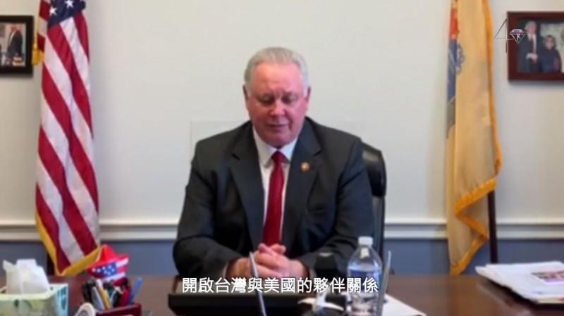 璽睿司(Albio Sires)在片中慶祝台灣關係法立法40週年。(圖擷取自駐美代表處)