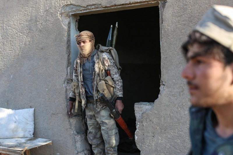圖為美國支持的「敘利亞民主力量」(SDF),對「伊斯蘭國」(IS)在敘利亞的最後一個基地巴古茲鎮(Baghuz)發動攻擊。(法新社)