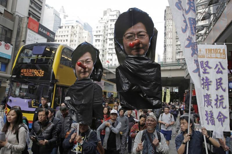 中國聲稱一國兩制在香港成功實施,「台灣民眾一定會慢慢接受」。圖為香港人2018年1月1日上街示威,抗議北京當局踐踏「一國兩制」。(美聯社)