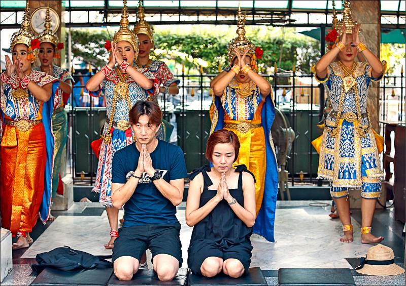 泰國旅遊與體育部指出,去年一至九月訪泰的二八五○萬外國旅客中,中國人約佔八三七萬居冠。圖為一對中國夫婦在曼谷參拜四面佛。(歐新社檔案照)