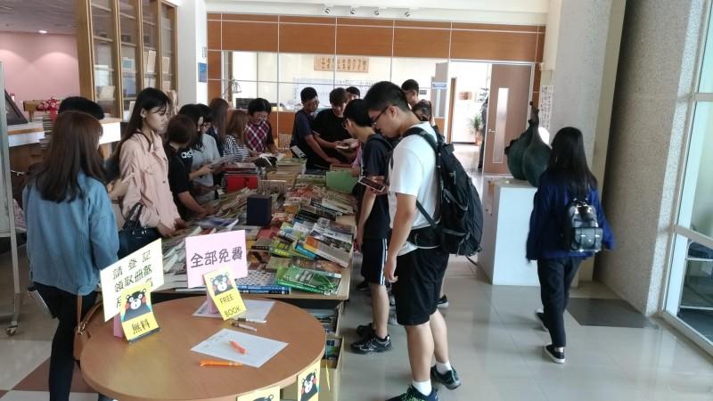 環球科技大學圖書館舉辦二手書籍免費贈送活動,吸引不少學生上門挑書。(環球科技大學提供)