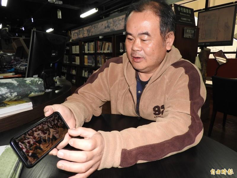 埔里鎮55歲廚師吳金炎自學影像處理軟體,為早期黑白照片上色樂此不疲。(記者佟振國攝)