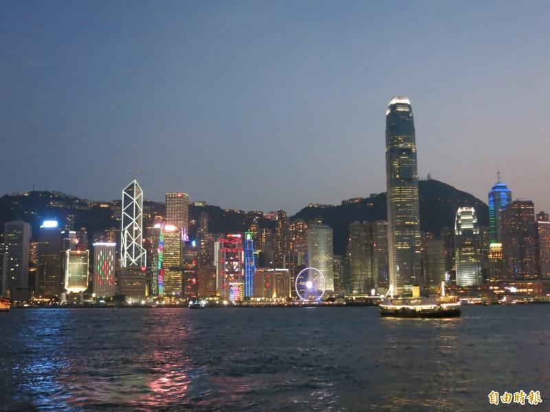 鍾女偽造匯款單,騙旅行社已支付尾款,成功到香港4日遊,遭催討欠款又拖延拒付。示意圖,香港維多利亞港夜景。 (記者陳慰慈攝)