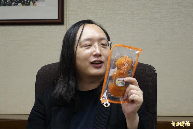 行政院政務委員唐鳳12日在東京的駐日代表處接受台媒訪問時說明她在推特大啖福島柿餅的動機「純粹就是喜歡柿餅」。(記者林翠儀攝)
