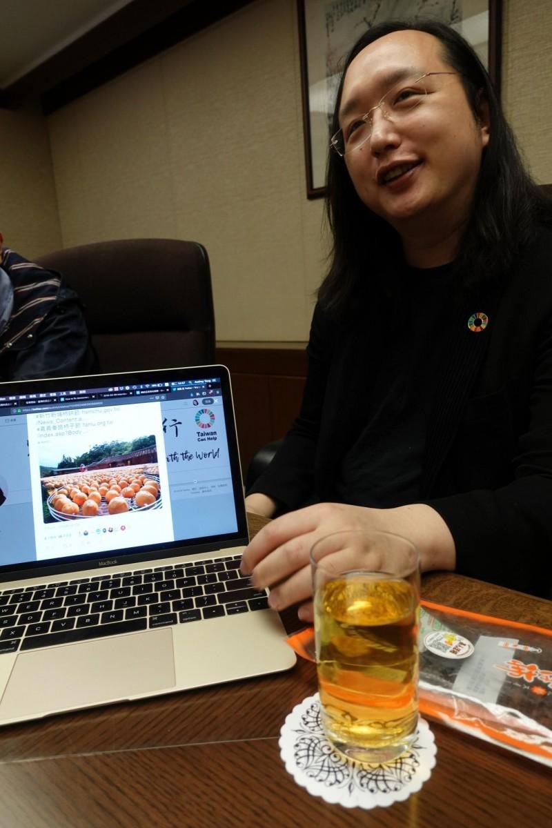 唐鳳打開推特表示她也趁機向網友介紹新竹柿餅節和嘉義番路柿子節。(記者林翠儀攝)