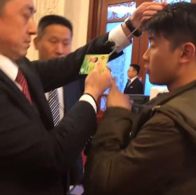 中國全國人大新疆代表團下午開放境外媒體採訪,就在提問環節結束後,人民大會堂工作人員立刻驅趕現場記者,甚至強奪記者證,不准媒體等候採訪。(圖擷取自臉書)