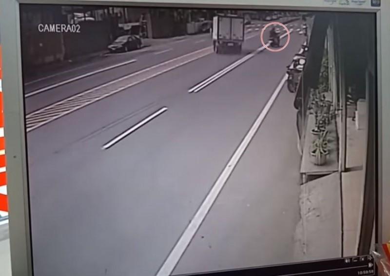 紅色圈起處為突然衝出的機車騎士。(圖擷取自爆料公社)