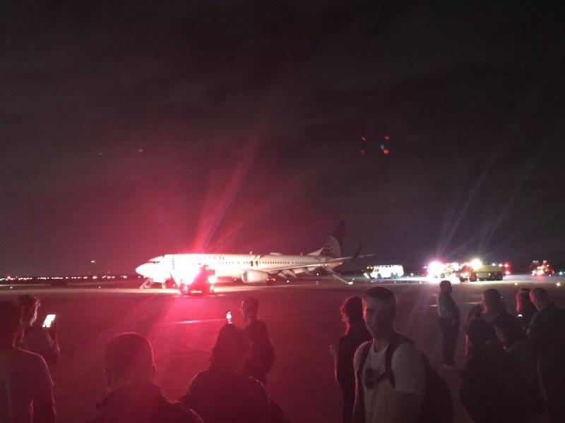 美國聯航昨天傳出引擎著火迫降。(圖擷取自旅客Philip Twain Morrow推特)