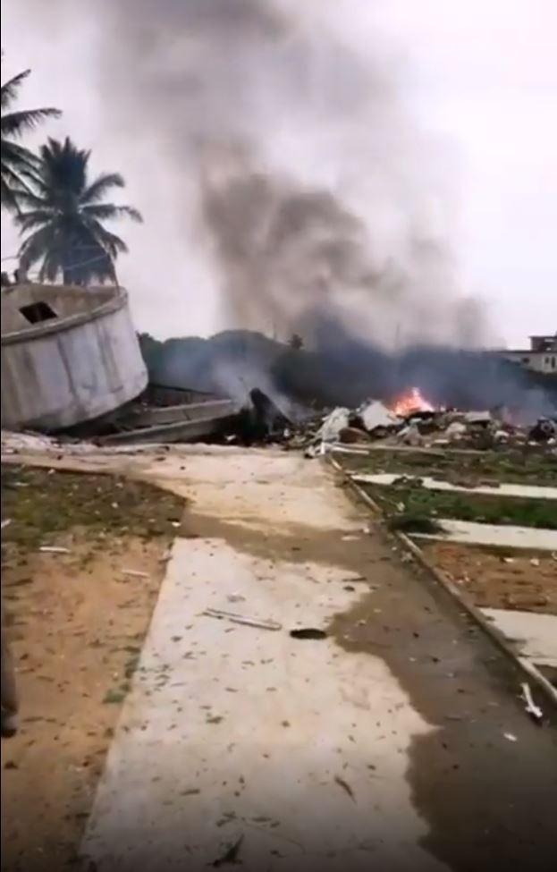 1架共機,今早墜毀在海南省樂東縣,地面一處水塔被撞毀,戰機更險些撞進學校,機上2名飛行員罹難。(圖擷自網路)