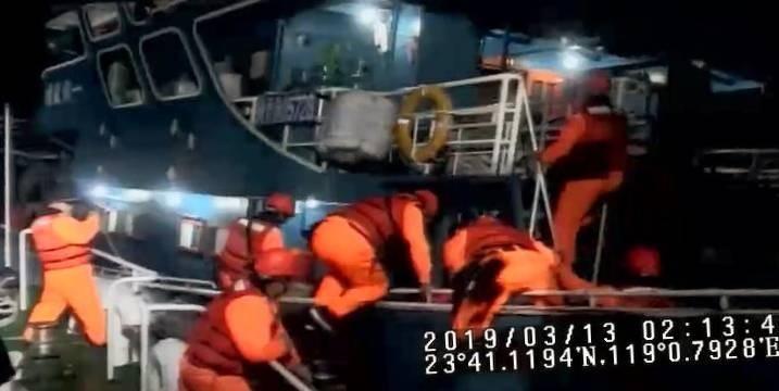 中國閩晉漁05728號漁船越界拒檢,澎湖海巡隊員冒險強靠登船。(澎湖海巡隊提供)