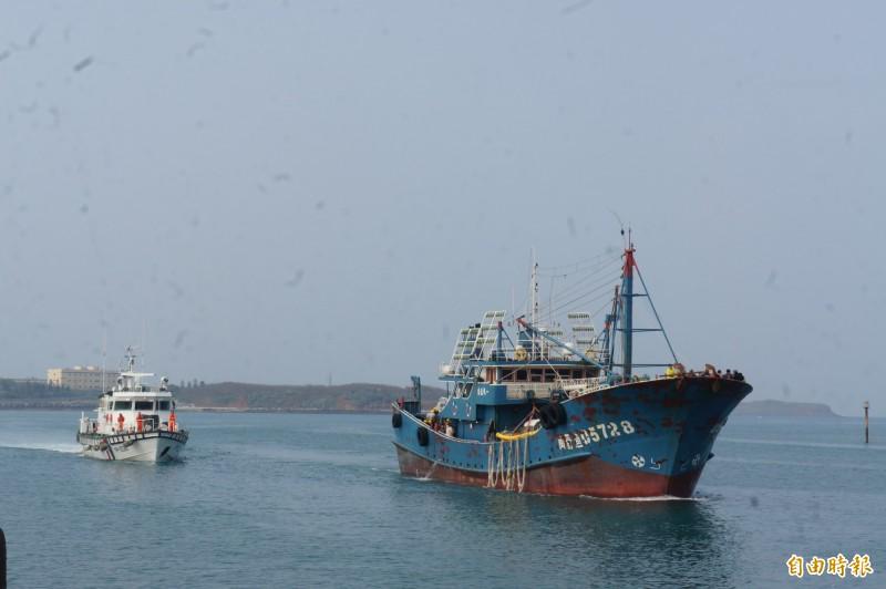 澎湖海巡隊將挾帶豬肉中國漁船,押返馬公隊部。(記者劉禹慶攝)