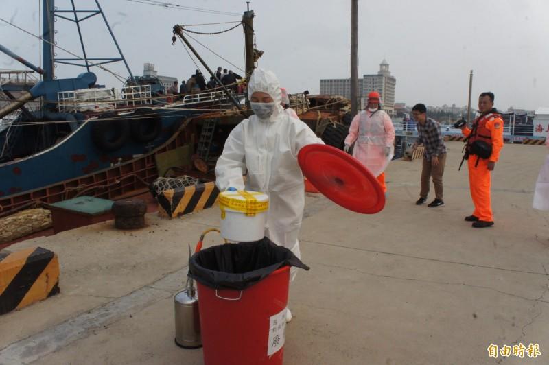 動植物防檢局將豬肉放置廢棄桶內,帶回檢疫站銷毀。(記者劉禹慶攝)