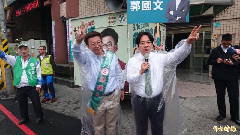 賴清德(前右)今天早上第三次和民進黨候選人郭國文(前左)站在麻豆街頭向鄉親問候拜票。(記者楊金城攝)