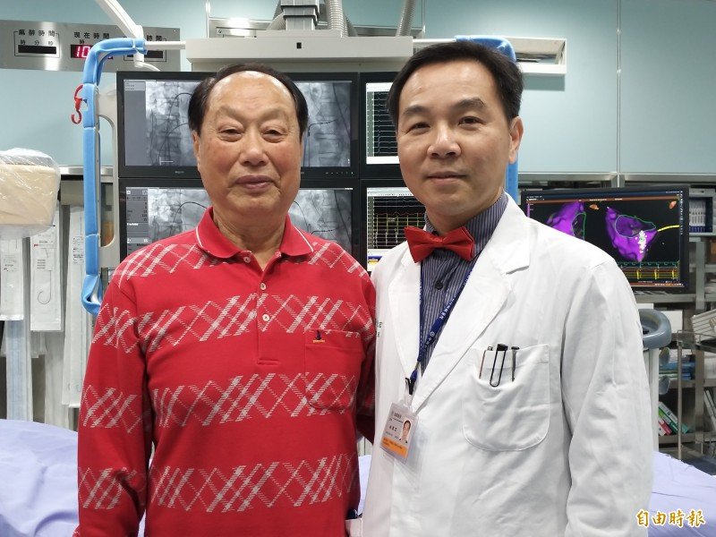91歲許先生(左)20年前即被診斷有心律不整,近2年出現呼吸困難症狀,中國醫大學新竹附設醫院心臟血管科主任林圀宏(右)以「3D立體定位電燒手術」治療,讓他恢復正常心跳。(記者廖雪茹攝)