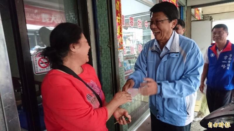 謝龍介今早在西港、佳里拜票和路口開講,回擊賴清德。(記者楊金城攝)