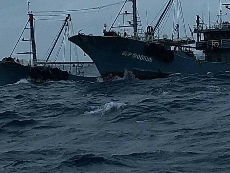 衝撞我船的中國漁船。(圖擷取自爆料公社)