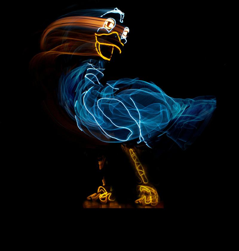 美國電光火線劇團《醜小鴨大進擊》,結合芭蕾、音樂聲效與冷光科技。 (新象.環境.藝之美文創提供)