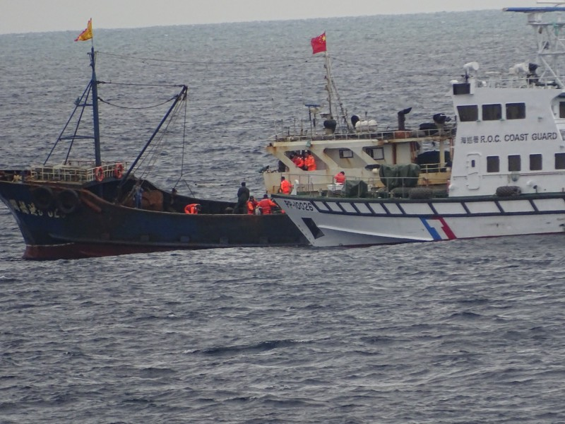 海巡艦艇(右)強制登船檢查。(記者洪定宏翻攝)