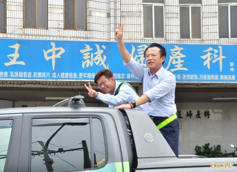 選戰進入倒數,嘉義縣長翁章梁(右)陪同民進黨立委候選人郭國文(左)車隊掃街、拜票。(記者吳俊鋒攝)