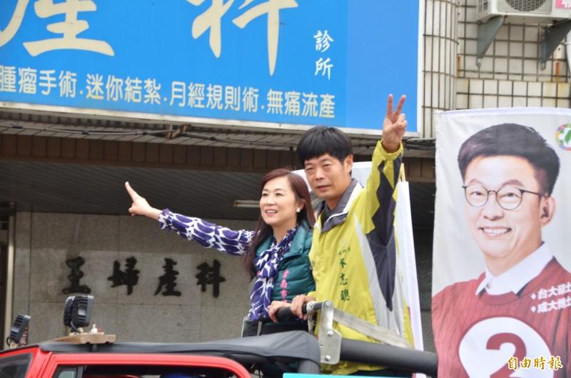 台南市議員林宜瑾(左)與林志聰(右)也隨行,陪同拜票。(記者吳俊鋒攝)