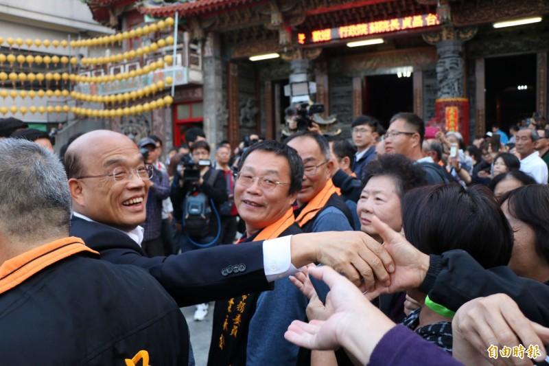 行政院長蘇貞昌到台南安定寺廟參拜、祈福,受到群眾熱烈歡迎。(記者萬于甄攝)