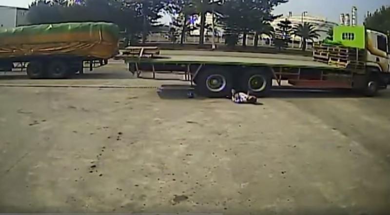 1名工人遭受拖板車輾壓,倒地不起不斷哀嚎。(圖擷取自爆料公社)