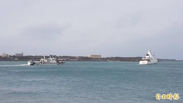 中國船拒不停船受檢,海巡隊強靠登檢,並射擊霰彈槍壓制對方,經查船上共15人,並有豬肉約3、4公斤,預計上午8點30時帶回岸上。示意圖,非新聞中船隻。(資料照)